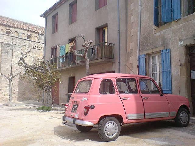 Als je dan toch in een opvallende #oldtimer rijdt, kun je hem net zo goed #roze schilderen. Opvallen doe je toch al.