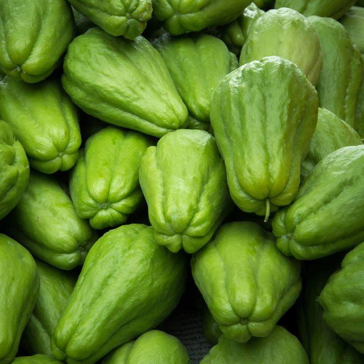 groene chayotten peervormige sterk geribbelde vrucht stevig vruchtvlees licht zoet