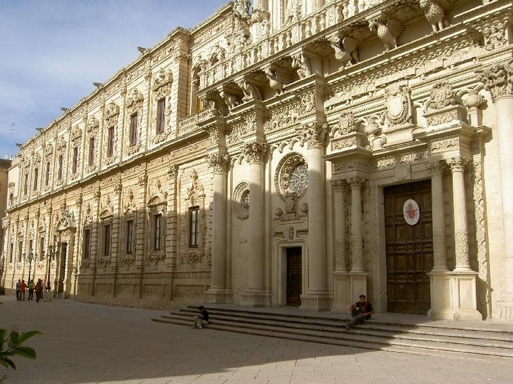 Lecce, basilica di Santa Croce (parte inferiore della facciata) e palazzo dei Celestini