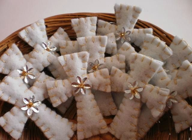 Felt crosses make lovely baby shower, christening or wedding favors ♥