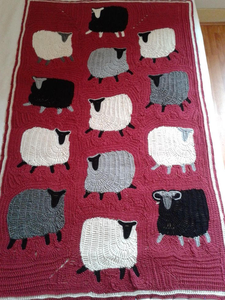 Het was een hele klus, maar half augustus was het speelkleed helemaal klaar. Het is een heerlijk multifunctioneel kleed geworden. Finally its is done. My grandson loves his all-purpose playblanket with all the little sheep.