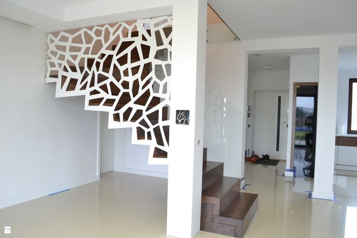 Nowoczesne schody dywanowe ze ścianą / balustradą ażurową - zdjęcie od Schodo-System - Schody - Styl Nowoczesny - Schodo-System