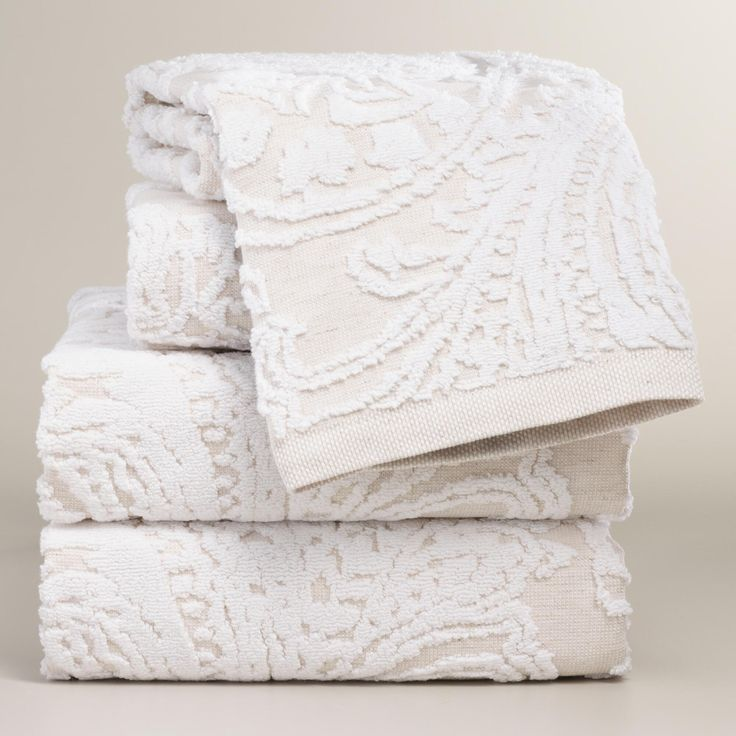 Crafted of a soft blend of linen and cotton, this luxurious hand towel has a beautiful sculpted paisley design that boasts eye-catching depth and dimension.