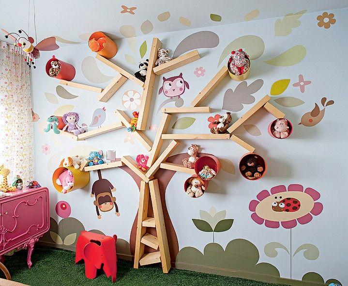 Pai de primeira viagem, o arquiteto Rodrigo Ângulo desenvolveu um ambiente campestre para o quarto da Filha Laura, de um ano e meio. As paredes receberam adesivos de plantas e bichos, desenhados por Eliana Delarissa