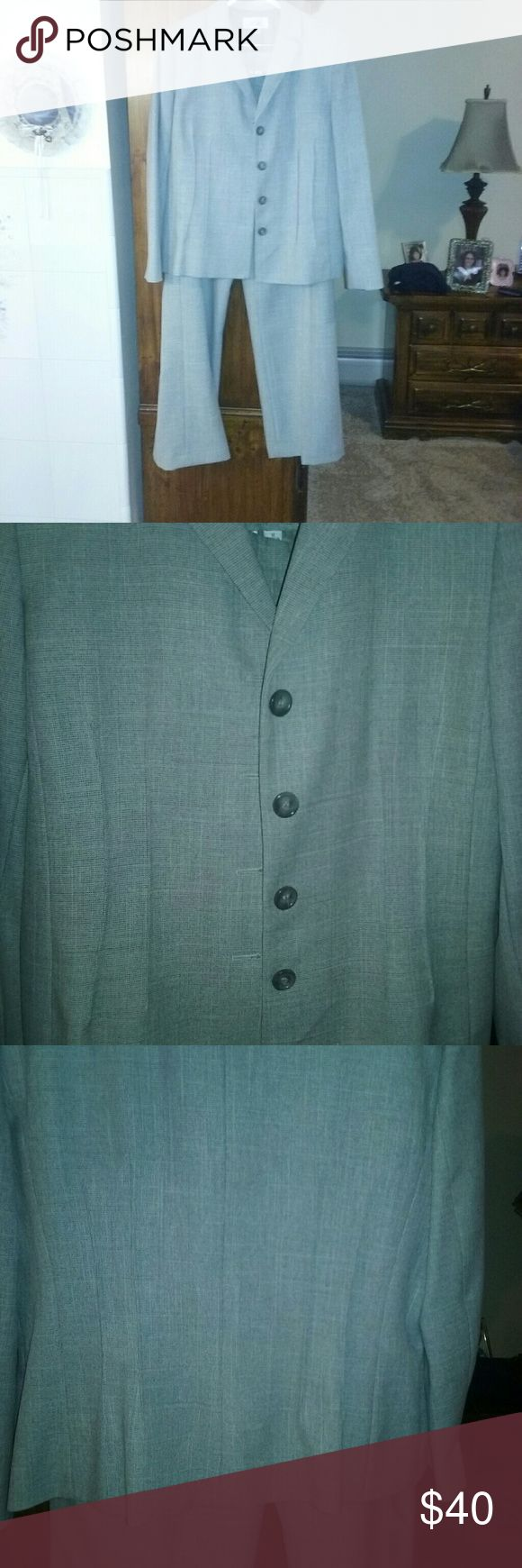 Gorgeous Le Suit Women's Pants Suit, size 16 Beautiful gray tweed suit by Le Suit. Single breasted, fully lined jacket and pants with sude zipper and clasp/button.  Only worn 4 times.  No longer fits. Le Suit Other