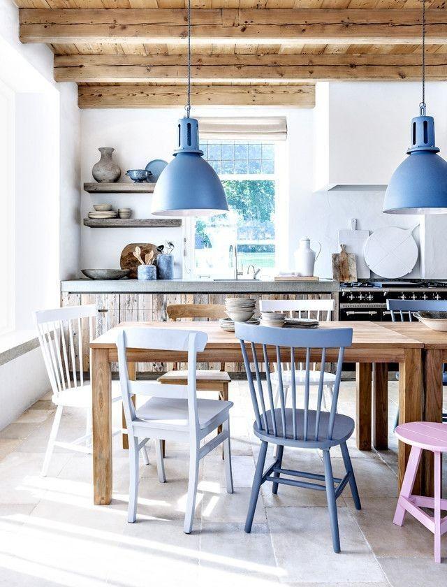 Kolorowe krzesła w jadalni z rustykalnym akcentem - Inspiracje wnętrz - Wnetrzarium.pl