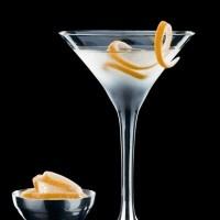 Δεν υπάρχει αμφιβολία ότι το Μαρτίνι αποτελεί το πιο εξελιγμένο κοκτέιλ από όλα. Υπάρχει τίποτα καλύτερο από το να απολαμβάνεις ένα παγωμένο ποτήρι γεμάτο με ένα ισχυρό, διαυγές ποτό συνοδευόμενο από ένα επιστέγασμα μιας πικάντικης γαρνιτούρας; Το απόλυτο αλκοολούχο ποτό …