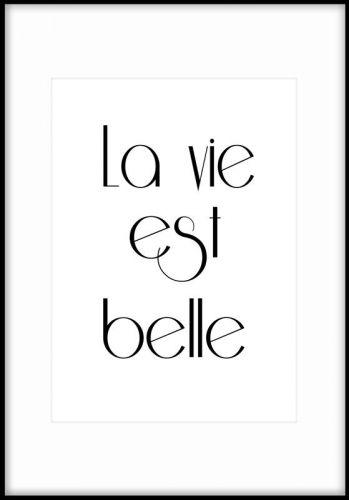 """Poster med texten """"La vie est belle"""". Livet är underbart. Snygg texttavla som passar fint ihop med andra typografiska tavlor. Planscher och affischer med citat, texter och budskap."""