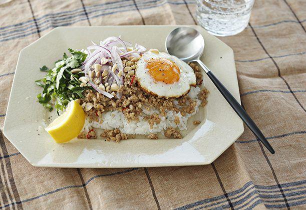 タイ料理のガパオライスを油を使わず、さっぱりと食べやすい味にアレンジ。とろとろの黄身と一緒に召し上がれ。