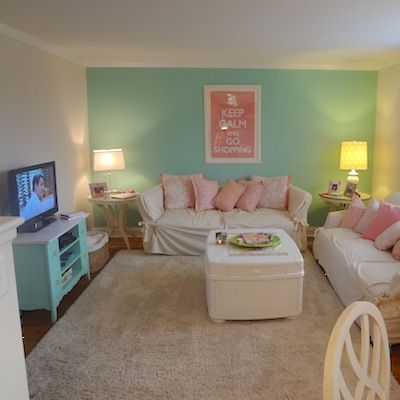 Such a cute college apartment living room! Love the use of colors!