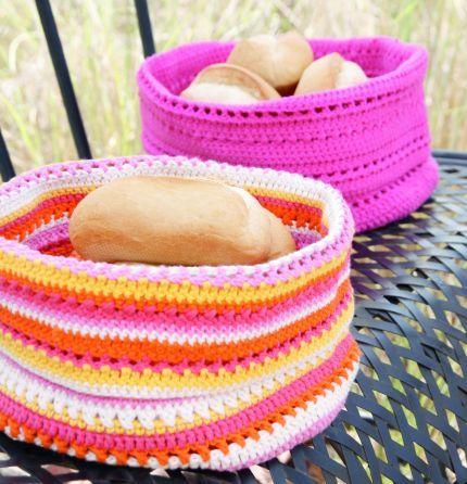 Nybakat bröd är underbart – speciellt om det serveras i en fin korg. De här färgstarka modellerna passar lika bra på picknicken som på frukostbordet. Du virkar den enkelt själv!  Diameter:...