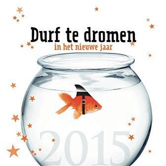 Grappige nieuwjaarskaart met een goudvis in een kom met een zwarte vin om. http://www.goededoelkerstkaarten.nl/nl/producten/kaart/133074