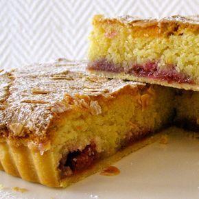 La torta Bakewell è un tipico dolce inglese, costituito da un guscio di frolla, contenente un sottile strato di marmellata e coperto da crema alle mandorle.