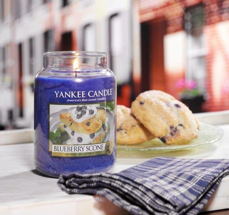 Den läckra doften av scones med söta blåbär, krämig grädde och en antydan av vanilj. #YankeeCandle #BluberryScone