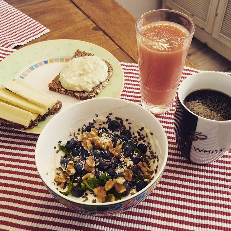 Den Morgen habe ich genutzt: #yogacamp Day 28 und 29 direkt hintereinander, fühle mich in alle Richtungen entspannt.  Ich belohnen mich dafür wieder mit Blaubeeren und Skyr, lecker Gruyere und Grapefruitsaft. Habt einen schönen Sonntag!  #startyourdayright #weekend #sunday #breakfast #frühstück #wochenende #heidelbeeren #glyx #cleaneating #eatclean #foodstagram #instafood #glyxdiät #goodmorning #gutenmorgen #morning #yogawithadriene