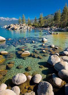 Lake Tahoe, en Californie et au NevadaAvec ses eaux émeraude, le lac Tahoe rappelle les lagons polynésiens. Pourtant, il est situé à près de 2 000 mètres d'altitude. Ce lac alpin, le plus grand des Etats-Unis, se trouveà cheval surla Californie et le Nevada. Les stations balnéaires de la côte est (côté Nevada) accueillent ainsi des casinos, le jeu étant interdit en Californie.Voir l'épingle sur Pinterest/ Via professionalphotoss.blogspot.sk
