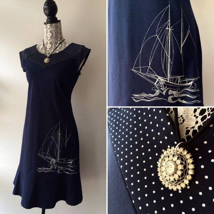 À défaut d'aller en mer on peut toujours en rêver en portant cette jolie robe en coton bio de Eve Lavoie.  Collier par Layani Créations