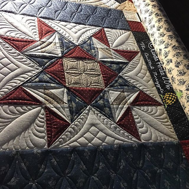 Liberty Gatherings❤️It is the best feeling when all Market deadlines are finished! I used all 6 of my QP Curve Templates and 3 Edge straight rulers in the quilting of this quilt! New Block of the Month- Liberty Gatherings from Primitive Gatherings. @lisabongean and @dougleko Quilters Dream @quiltersdream 80/20. LOVE!!! ❤️ #theqpcurvetemplates #theqpedge #thquiltedpineapple #lindahrcka #primitivegatherings #showmethemoda #lisabongean #woolapplique #customquilting #machinequilting  #fmq