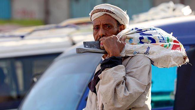 تضخم جيش العاطلين في اليمن القطاع غير الرسمي يقذف ملايين العمال على رصيف البطالةتركت الحرب تحقيق تقرير البطالة Www Alayyam Inf Couple Photos Scenes Photo