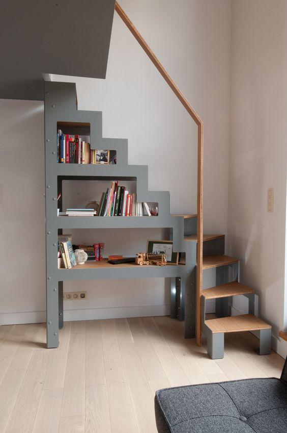 Libro is een vrijstaande trap, een kruising tussen een rek en een ladder. Hij wordt tot ieders verrassing op de vloer geplaatst als een meubel, weg van de muur en de vloer van de bovenliggende etage.