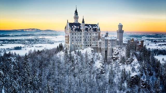 ドイツの中で有名なお城といえば、ドイツ南部、ロマンチック街道の終点にあるノイシュヴァンシュタイン城。名前は聞き慣れなくても、ディズニーランドのシンデレラ城のモデルとなったともいうお城といえば、ピンと来る方も多いのではないでしょうか。ノイシュ