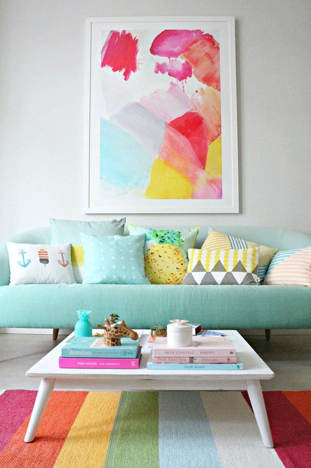"""SALA DE ESTAR MULTICOLORIDA - """"Se existe uma cor que pode ostentar o título de amigável, esta é o azul turquesa e todas as suas subtonalidades aquáticas. Na sala de estar criada pela blogueira Geraldine Tan, o tom, presente no sofá de formas arredondadas e em vários acessórios decorativos, serve como ponto de partida para uma explosão technicolor..."""" Mais no Casa Vogue"""