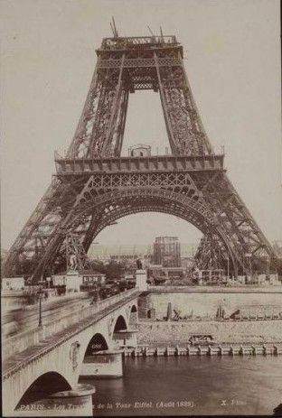 La Tour EIFFEL en construction