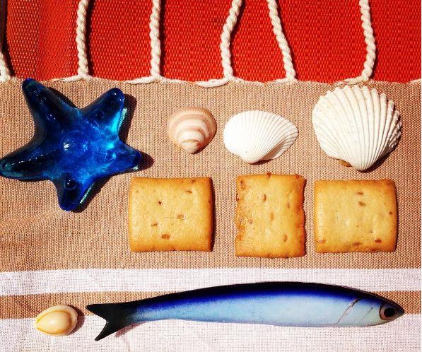 Krásný tropický den! Dáváte přednost slaným dobrotám? Nyní se můžete těšit na praktické balení, které obsahuje 8 balíčků mini krekrů! Vhodné na vaše prázdninové cesty!