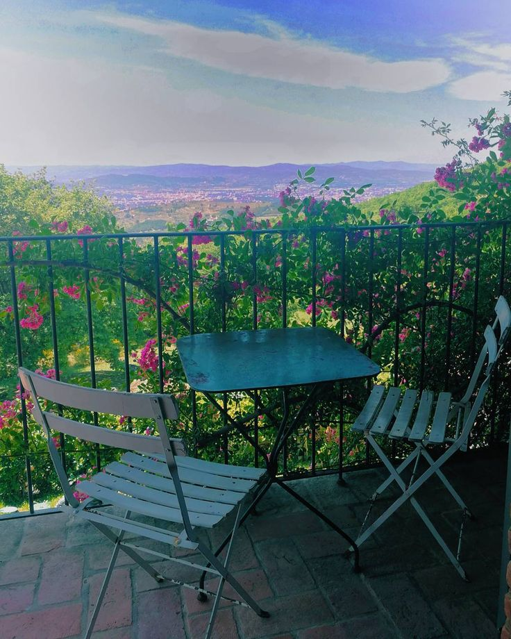 """""""A room with a view"""" (cit.) From Villa Mandorlo's first floor dominating Arezzo and the valley surrounded by the roses now blooming.  #thinkgreendrinkred #poderedipomaio"""