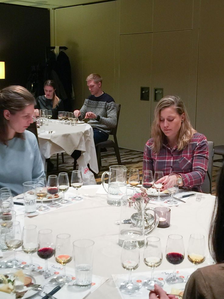 En kväll i januari träffades ett nyfiketgäng, som gärna ville utforska vin, ost eller varför inte vin och ost tillsammans på Hotell Sheraton i Stockholm för en Ost och vinprovning. Vin och ost är ett sådant vanligt tema att de flesta av oss känner instinktivt att de hänger ihop med varandra. Kombinationen vin och ost är i grund och botten mer spännande är vad man kan tro. Ostbricka tänker många …