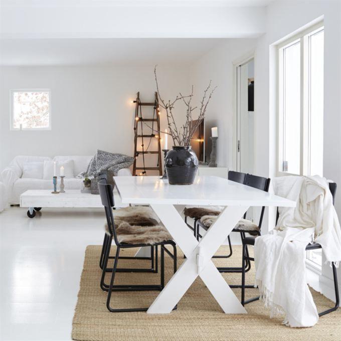 Svart & vitt. Matbord från Tine K design. De svarta stolarna är loppisfynd som Ulrica målat om. Urnan är en present från Ulricas mamma, köpt på Butik Linnea som nästan ligger granne till familjen. Matta från Ikea.