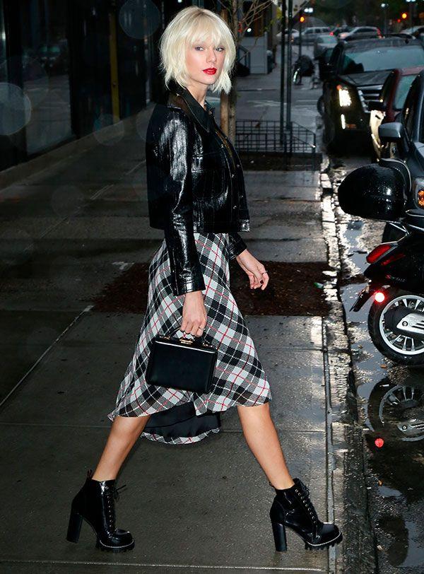 Taylor Swift iniu o coturno com uma estampa statament, como o xadrez, e  finalizando com bolsas estruturadas f998648e24
