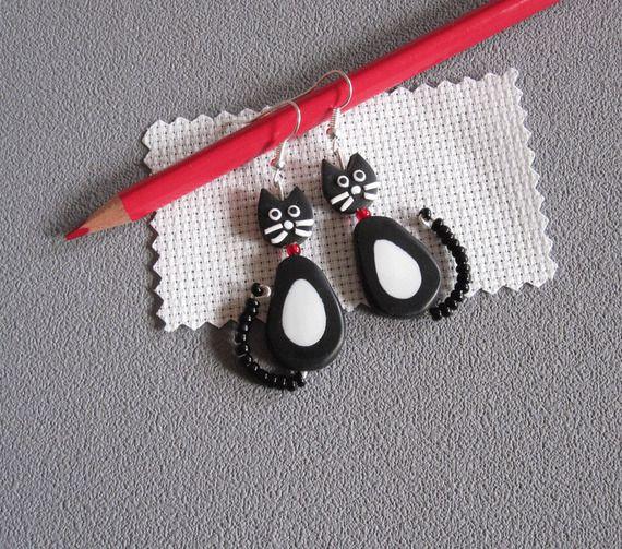 Orecchini in bianco e nero argilla polimerica gatto e piccole perle nere / gatto riccioli morbidi