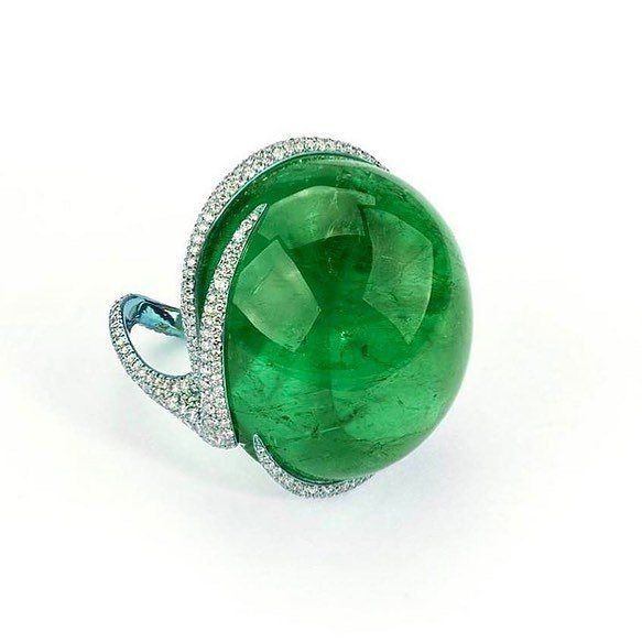 194 отметок «Нравится», 6 комментариев — @tancheeseng7472 в Instagram: «@mucevhertutkusu. One highly important oval shape cabochon Colombian emerald weighing 90.38cts set…»