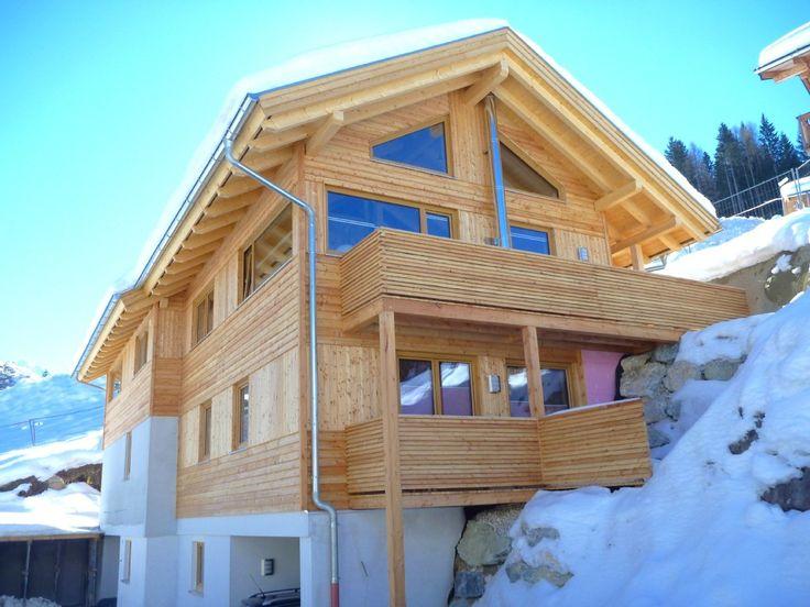 Exklusives Holzblockhaus in Annaberg: Das traumhaft schön gelegene Holzhaus mit herrlichem Ausblick auf die Salzburger Dolomiten, befindet sich mitten im Skigebiet 'Dachstein-West' auf einer Höhe von ca. 920 m. Sie gelangen bequem mit dem Fahrzeug direkt zum Haus und können von dort aus mit den Skiern zur Piste, welche unmittelbar daneben liegt.