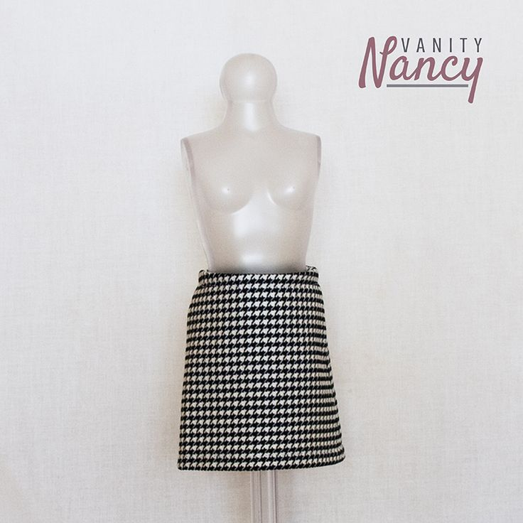 La falda recta es imprescindible en cualquier ropero de Nancy de Famosa, la más fashion.