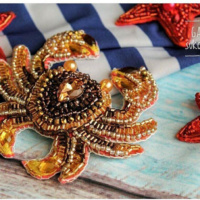 Автор @galina_sukonnikova 〰〰〰〰〰〰〰〰〰〰〰〰〰〰 По всем вопросам обращайтесь к авторам изделий!!! #ручнаяработа #брошьизбисера #брошьручнойработы #вышивкабисером #мастер #бисер #handmade_prostor #handmadejewelry #brooch #beads #crystal #embroidery #swarovskicrystals #swarovski #купитьброшь #украшенияручнойработы #handmade #handemroidery #брошь #кольеручнойработы #кольеизбисера #браслеты #браслетручнойработы #сутажныеукрашения #сутаж #шибори #полимернаяглина #украшенияизполимернойглины