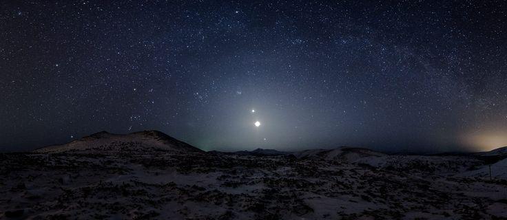 Отсюда, с вершины первого арманского перевала, открывается потрясающий ночной вид: Венера, Луна и Юпитер выстроились в ряд над горой Комендант.    Панорама сделана 26 марта 2012 года.