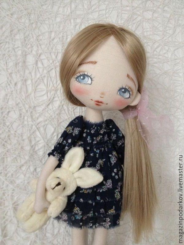 Купить или заказать Кукла малышка Эля в интернет-магазине на Ярмарке Мастеров. Девочка одета в темно-синие платье в мелкий цветочек, не съемное. Волосы искусственные трессы можно расчесывать и менять прическу. Малышка держит любимого маленького зайку. Подставка входит в комплект.