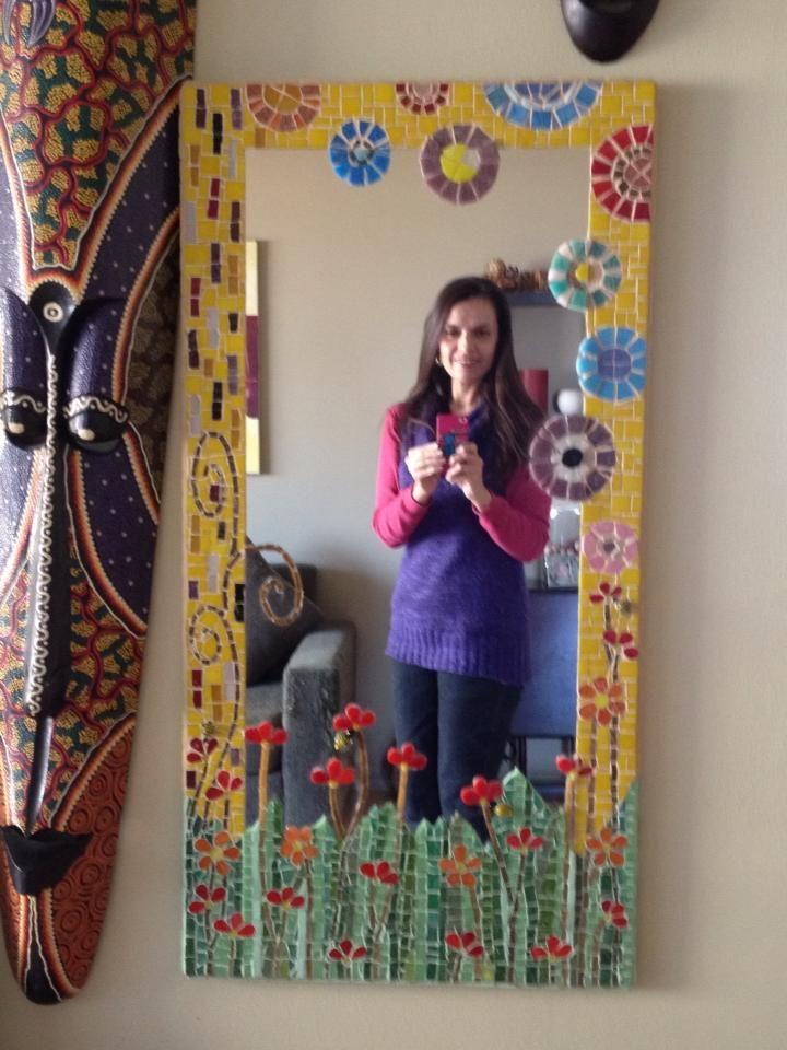 Espejo primavera encantada, hecho con teselas vitrias, petreas y ceramicas