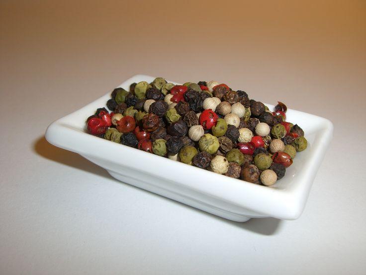 Eine handverlesene Mischung aus scharfen schwarzen, mildem weißen, aromatischem grünen Pfeffer und süßlicher Rosa Pfeffer (Schinusbeeren).  Sehr vielseitig einsetzbar.