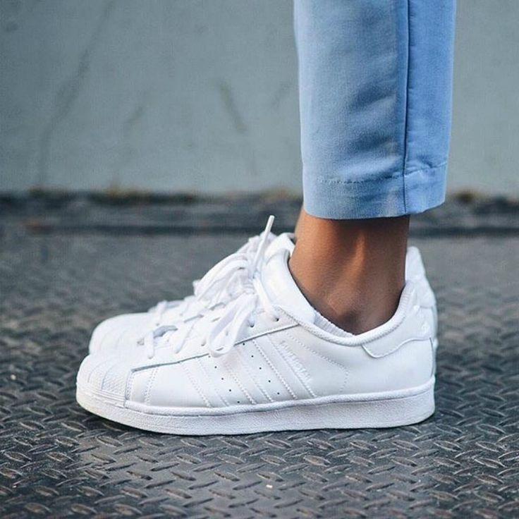 pies de mujer con tenis adidas superstar blanco                                                                                                                                                                                 Más