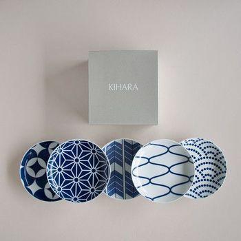 有田焼の産地商社「キハラ株式会社」から、そんな小紋の図柄をモチーフにしたお皿や箸置きが販売されています。日本の伝統的な図柄を濃い青と白のシンプルな2色で仕上げた、和モダンな食器です。