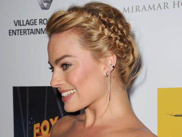 FLETTEFIN: Flettet og oppsatt hår må være noe av det mest glamorøse (og trendy!) som finnes - slik skulle vi gjerne sett ut på nyttårsaften! Takk for inspirasjonen, Margot Robbie. Foto: NTB Scanpix