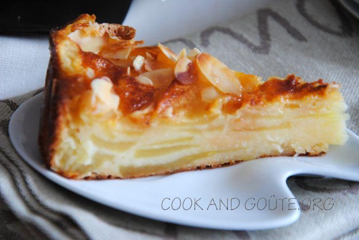 Fondant aux pommes (farine, sucre, vanille, levure, oeufs, lait, beurre, pommes - Déco : confiture d'abricot, amande effilées)