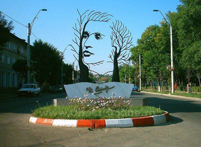 Памятник Михаю Эминеску, Онешти, Румыния.В честь румынского поэта установлена удивительная скульптура.