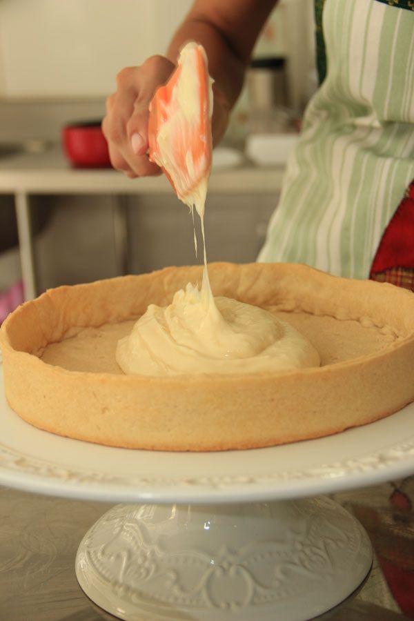 Torta de limão siciliano sendo preparada na Mari Buim Confeitaria