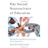 """Cozolino is neurowetenschapper met kennis van mindfulness. Hij zet studenten in voor doelgericht onderzoek zodat de bevindingen direct inzetbaar worden voor toepassing. Van harte aan te bevelen voor werkenden in het onderwijs, speciaal met """"moeilijke kinderen"""""""