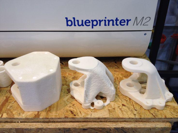Blueprinter esillä Alihankinta 2015 messuilla. Kuvassa mallit, mitkä olivat kakun sisällä ennen messuja.   Kuvassa vasemmala on lähtötilanne ja malli tuotteesta, mikä on suunniteltu ja valmistettu perinteisin menetelmin. Kun halutaan säästää materiaalia ja keventää tuotetta, pitää optimoida. Oikealla on lopputulos SolidThinking Inspirellä optimoidusta tuotteesta #alihankinta #alihankinta2015 #alihankintaamessut #blueprinter #3dtulostin #3dtulostus #3dprinter #3dprinting #solidthinking…