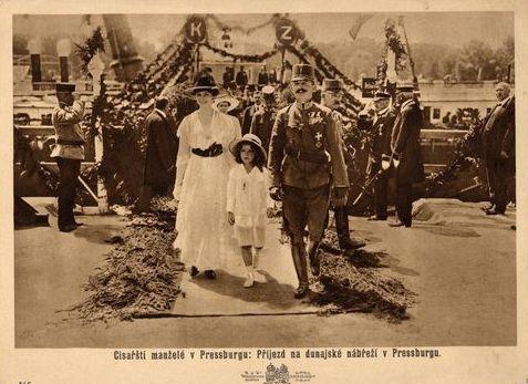 kaiserkrönung ungarn 1916 | Kaiser Karl I. und Kaiserin Zita von Österreich mit Sohn Otto